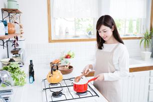 日本人女性の写真素材 [FYI04653316]