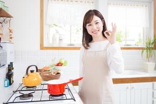 日本人女性の写真素材 [FYI04653348]