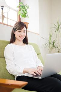 日本人女性の写真素材 [FYI04653408]