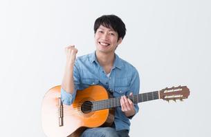ギターを弾く男性の写真素材 [FYI04653812]