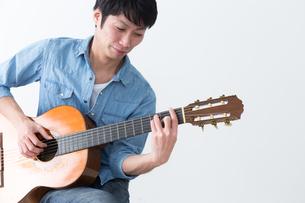 ギターを弾く男性の写真素材 [FYI04653815]