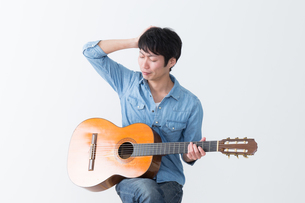 ギターを弾く男性の写真素材 [FYI04653818]