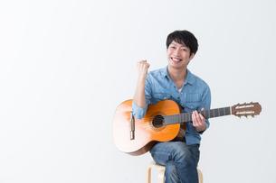ギターを弾く男性の写真素材 [FYI04653827]
