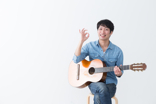 ギターを弾く男性の写真素材 [FYI04653831]