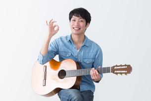 ギターを弾く男性の写真素材 [FYI04653832]