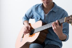 ギターを弾く男性の写真素材 [FYI04653837]