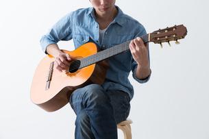 ギターを弾く男性の写真素材 [FYI04653840]