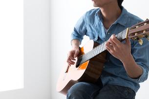 ギターを弾く男性の写真素材 [FYI04653842]