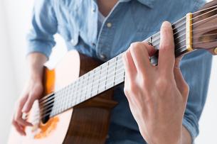 ギターを弾く男性の写真素材 [FYI04653843]