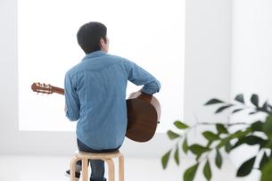 ギターを弾く男性の写真素材 [FYI04653847]