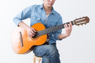 ギターを弾く男性の写真素材 [FYI04653849]
