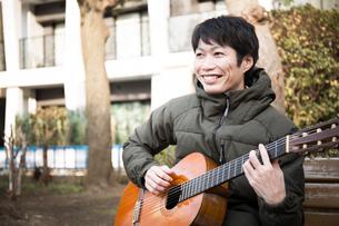 ギターを弾く男性の写真素材 [FYI04653854]