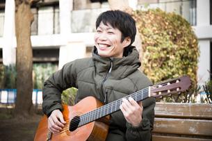 ギターを弾く男性の写真素材 [FYI04653861]