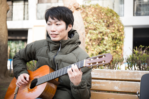 ギターを弾く男性の写真素材 [FYI04653872]