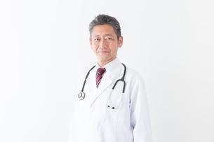 日本人シニアの男性医師の写真素材 [FYI04654535]
