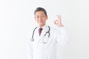 日本人シニアの男性医師の写真素材 [FYI04654557]