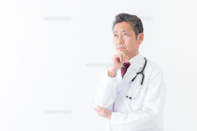 日本人シニアの男性医師の写真素材 [FYI04654560]