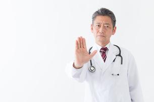 日本人シニアの男性医師の写真素材 [FYI04654569]