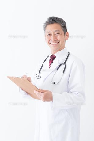 日本人シニアの男性医師の写真素材 [FYI04654579]