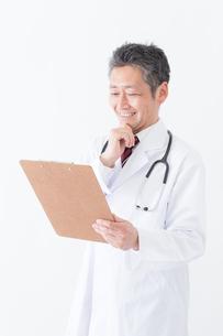 日本人シニアの男性医師の写真素材 [FYI04654587]