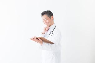 日本人シニアの男性医師の写真素材 [FYI04654588]