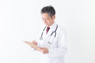 日本人シニアの男性医師の写真素材 [FYI04654589]