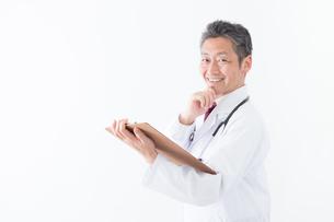 日本人シニアの男性医師の写真素材 [FYI04654609]