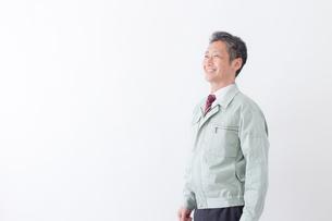 日本人シニアの男性作業員の写真素材 [FYI04654664]