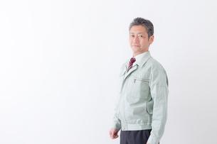 日本人シニアの男性作業員の写真素材 [FYI04654665]