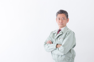 日本人シニアの男性作業員の写真素材 [FYI04654682]