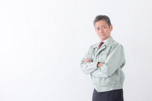 日本人シニアの男性作業員の写真素材 [FYI04654683]