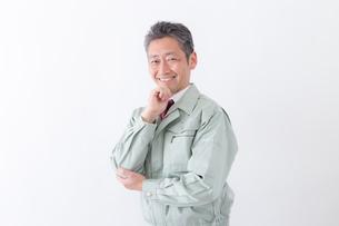日本人シニアの男性作業員の写真素材 [FYI04654694]