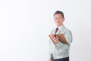 日本人シニアの男性作業員の写真素材 [FYI04654698]