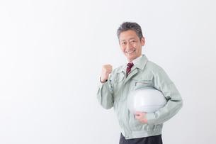 日本人シニアの男性作業員の写真素材 [FYI04654706]