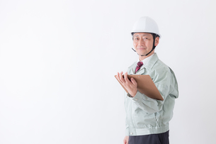 日本人シニアの男性作業員の写真素材 [FYI04654710]