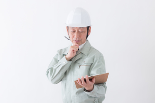 日本人シニアの男性作業員の写真素材 [FYI04654718]