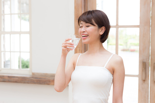 日本人女性の写真素材 [FYI04654878]