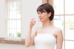 日本人女性の写真素材 [FYI04654883]