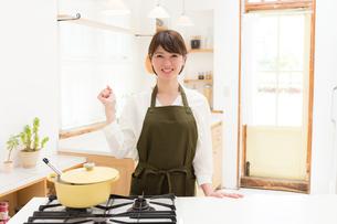 日本人女性の写真素材 [FYI04654921]