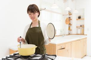 日本人女性の写真素材 [FYI04654942]