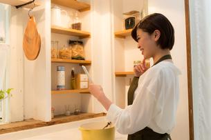 日本人女性の写真素材 [FYI04654990]