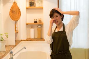 日本人女性の写真素材 [FYI04655000]