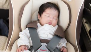 赤ちゃんとチャイルドシートの写真素材 [FYI04655207]