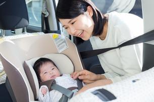 赤ちゃんとチャイルドシートの写真素材 [FYI04655216]