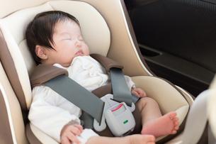 赤ちゃんとチャイルドシートの写真素材 [FYI04655226]