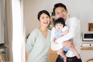 日本人3人家族の写真素材 [FYI04655390]