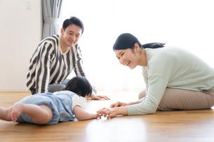 日本人3人家族の写真素材 [FYI04655424]