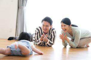日本人3人家族の写真素材 [FYI04655425]