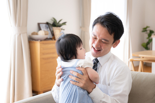 父親と赤ちゃんの写真素材 [FYI04655490]