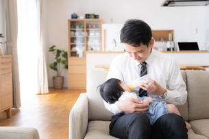 父親と赤ちゃんの写真素材 [FYI04655497]